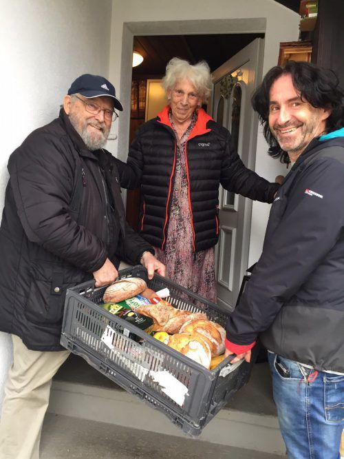 Joe Fritsche und Dieter Reimers bringen der betagten Witwe Herta regelmäßig Lebensmittel nach Hause. Dank Spenden kann Stunde des Herzens helfen. VN/kum