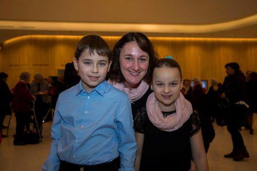 Julian und Isabel Fink mit Mama Nicole, die Freundin von George Nussbaumer.