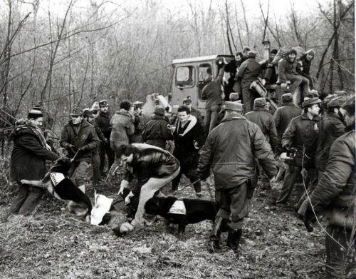 Kaspanaze Simma reiste zur Au-Kundgebung am 8. Dezember 1984 an ( kleines BIld, unten rechts). Die Polizeigewalt am 19. Dezember löste Emmpörung aus (VN, 20.12.84).APA