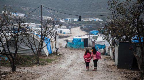 Kinder laufen durch ein Lager für Geflüchtete im Westen der syrischen Provinz Idlib, nahe der türkischen Grenze.AFP