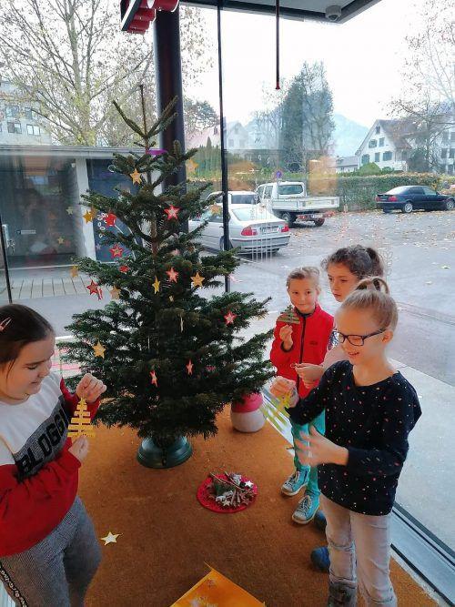 Kreative Weihnachtswichtel im Einsatz waren beim Christbaumschmücken im Dornbirner Westen unterwegs. cth