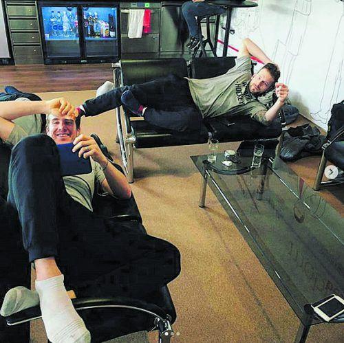 Langes Warten auf den Flug: Olivier Magnan (l.) und Kevin Macierzynski.BD