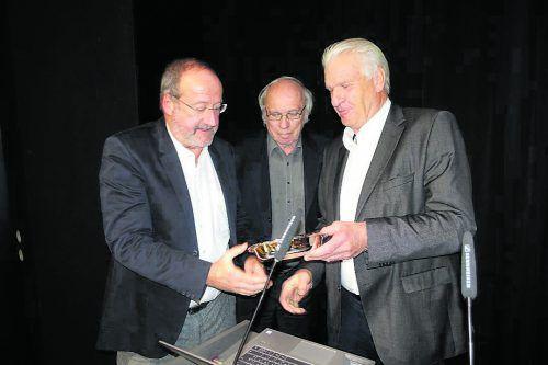 Lindaus Golf-Club-Präsident Werner Karg (r.) überreicht Kurt Rossknecht (l.) und Vinzenz Graf Nemes für ihre Verdienste eine Silberschale.GCL