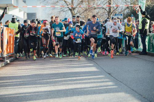 Los geht's: Mehr als 2500 Laufbegeisterte verwandelten das Rheindorf Altach in ein Laufmekka. Jung und Alt waren mit viel Begeisterung beim Silvesterlauf dabei.VN-Sams/6
