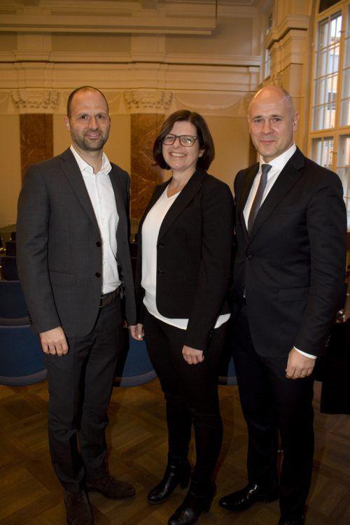 LR Marco Tittler (l.), Carmen Schrötter-Lenzi und Sigurd Flora luden zur Feier.