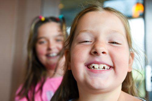 Manchmal geraten Zähne ordentlich auf Abwege. Da ist medizinische Unterstützung gefordert.iStock/juanmonino