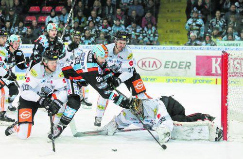 Mathias Bau Hans und Keaton Ellerby helfen Torhüter Juha Järvenpää gegen Linz-Stürmer Dan DaSilva.Draxler
