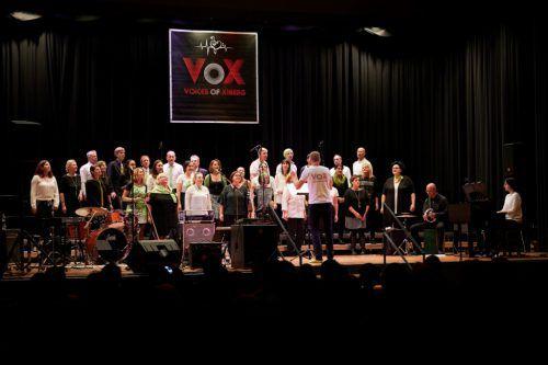 Mit dem gemeinsamen Weihnachtssingen bringt VoX – Voices of Xiberg Licht und Energie ins Fußballstadion.VOX