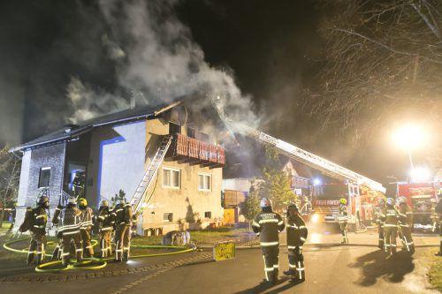 Mit Hilfe der Drehleiter der Feuerwehr Bludenz gelang es schließlich, den bis auf das Dachgeschoß ausgeweiteten Brand unter Kontrolle zu bringen. D. Mathis