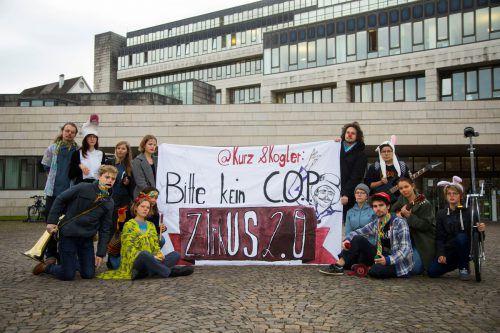 """Mit Jonglierbällen, Einrad und Instrumenten zog die Bewegung durch die Bregenzer Innenstadt, um den """"Zirkus der UN-Klimakonferenz"""" zu inszenieren. VN/Paulitsch"""