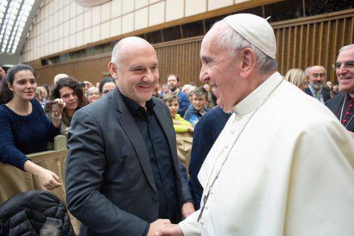 Papst Franziskus begrüßt den Kennelbacher Bürgermeister Peter Halder.