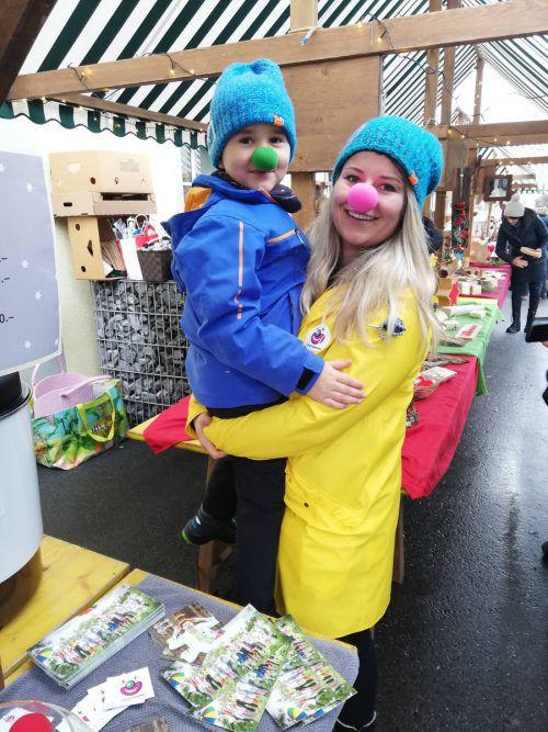 Petra Lorenzin (Physiotherapie Lorenzin) und Lasse (7) genossen den Markt.