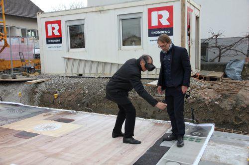 Projektentwickler Jürgen Zankovitsch von Rhomberg Bau und Dornbirns Vizebürgermeister Martin Ruepp (li.) bei der Besichtung einer David-Wohnung. FA