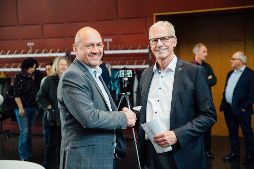 Projektgegner Bernhard Weber gratuliert Bürgermeister Gottfried Brändle.VN/Sams