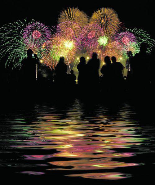 Raclette oder Fondue? Wie feiern Sie mit Ihren Liebsten ins neue Jahr? – Jetzt abstimmen und gewinnen. shutterstock