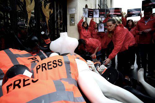 Reporter protestierten am 1. Oktober mit Dummys vor der saudischen Botschaft. Der Fall des getöteten Jamal Khashoggi jährte sich zum ersten Mal. AFP