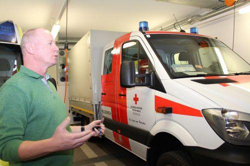 Rot-Kreuz-Kommandant Gerhard Kräutler gewährte auch Einblicke in die Rettungsfahrzeuge. heilmann (2)