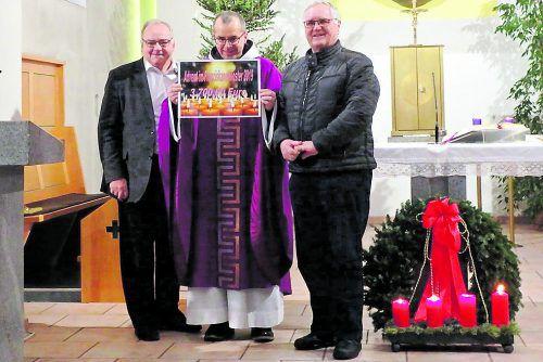 Scheckübergabe: v.l. Bertram Bolter, Pater Cyryl und Klostervater Heinz Seeburger.