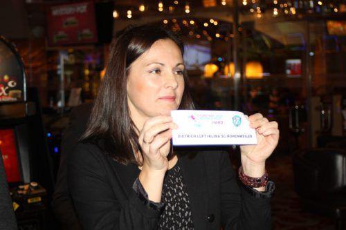 Schiedsrichterin Biljana Iskin wurde bei der Gruppenauslosung tatkräftig unterstützt.