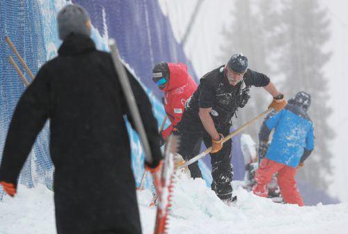 Schnee schaufeln statt Ski fahren, in Beaver Creek hat es zu viel der weißen Pracht.gepa