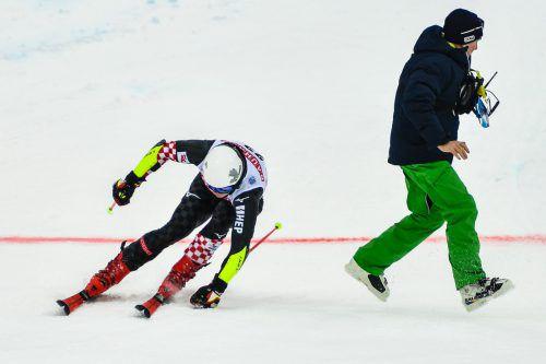Schrecksekunde für Filip Zubcic. Der Kroate wäre auf der Ziellinie fast mit einem verirrten Pistenarbeiter zusammengestoßen.AFP