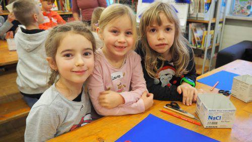 Sophia, Laura und Emilia bastelten in der Altacher Bibliothek fleißig mit.Egle