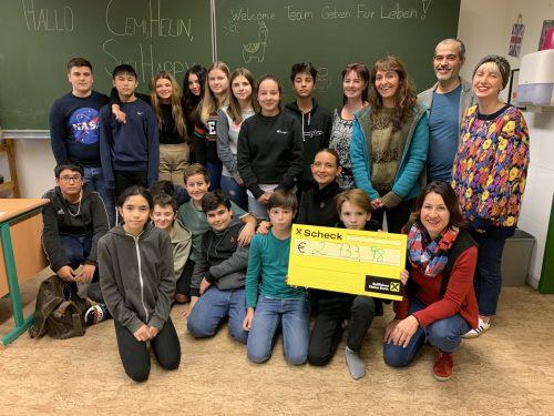 Stolz übergaben die Schülerinnen und Schüler den Spendenscheck an Susanne Marosch. Gde
