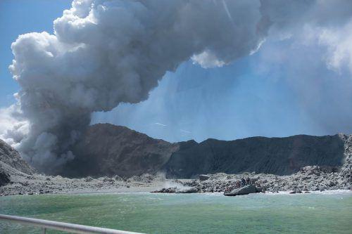 """Touristen waren mit dem Boot vor Ort, als der Vulkan ausgebrochen ist. Die Maoris nennen den Vulkan Te Puia O Whakaari (""""Der dramatische Vulkan""""). AFP/Michael Schade"""