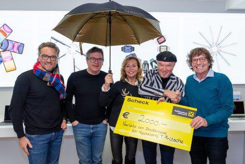 Übergaben den großzügigen Scheck (v. l.): Harald Otti, Dieter Heidegger, Catrin und Heinz Wendl mit Theo Fritsche.lukas degenkolb