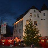 """<p class=""""caption"""">Um und im Junker-Jonas-Schloss wurde allerlei geboten. Neben vielen Geschenksideen gab es auch Kulinarisches, und auch an die Kinder wurde gedacht.</p>"""