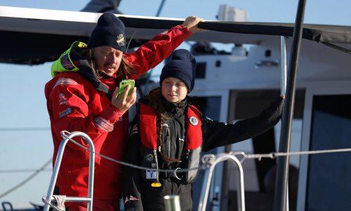 Vater und Tochter Thunberg bei der Ankunft mit dem Segelboot in Lissabon. reuters