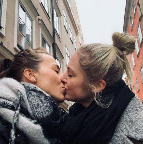 Viktoria Schnaderbeck (l.), Kapitänin des österreichischen Damen-Nationalteams, outete mit einem Foto auf Instagram ihre Liebe zu ihrer Freundin.instagram