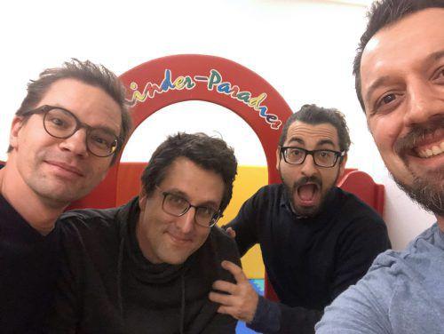 Von links: Lenz Jacobsen, Florian Gasser und Matthias Daum mit VN-Redakteur Mike Prock in Lech.