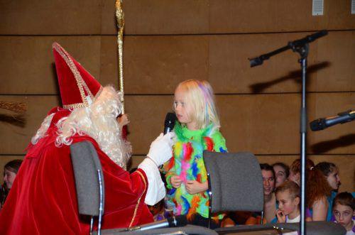 Während der Nikolaus in den gewohnten Farben Rot und Weiß vorbeischaute, trieben es die Mäderer Turner bunter.TS Mäder