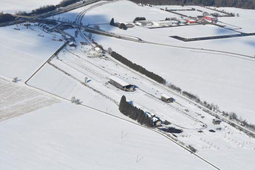 Was noch unter der Schneedecke von Leutkirch schlummert, soll künftig ein Produktionsstandort für Doppelmayr und ein Gewerbegebiet werden.SZ/Mauch
