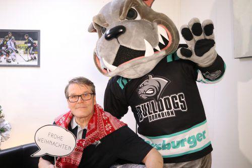 Weihnachtsstimmung bei DEC-Trainer Kai Suikkanen mit Maskottchen Buck. Der Coach glaubt zu wissen, an welchen Schrauben es zu drehen gilt.Bulldogs