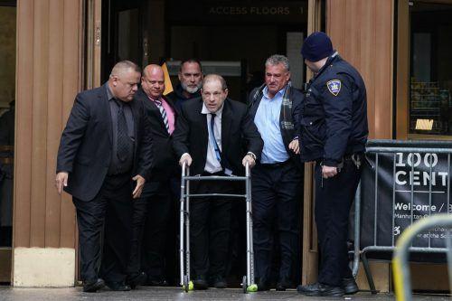 Weinstein erschien am Mittwoch mit einer Gehhilfe vor Gericht. Er muss sich einer Rückenoperation unterziehen. AFP