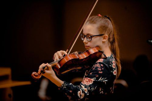 """""""Wenn man Geige spielt, muss man sehr viel üben"""", sagt die elfjährige Violinistin Philomene im VN-Gespräch. Schmolly-Melk"""