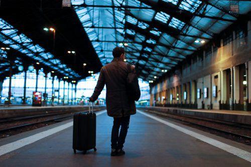 Zahlreiche Passagiere warten in Frankreich vergeblich auf ihre Verbindung.RTS