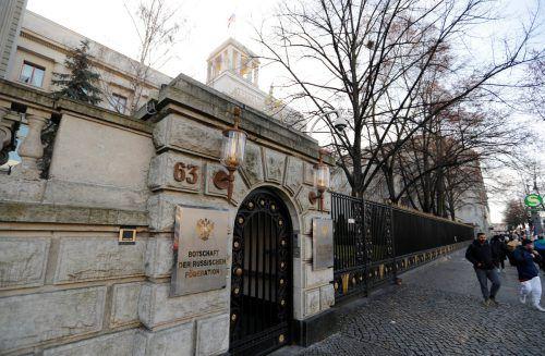 Zwei Mitarbeiter der russischen Botschaft wurden zu unerwünschten Personen erklärt. Sie müssen Deutschland verlassen. reuters