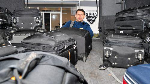 Abreise im Schnabelholz: Torhüter Martin Kobras verstaut seinen Koffer im SCRA-Teambus.VN-Lerch