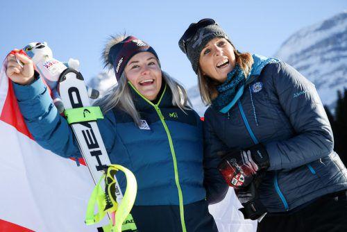 Amanda Salzgeber mit ihrer Mama Anita Wachter-Salzgeber jubeln nach dem Gewinn der Goldmedaille bei den Olympischen Jugend-Winterspielen.gepa 3