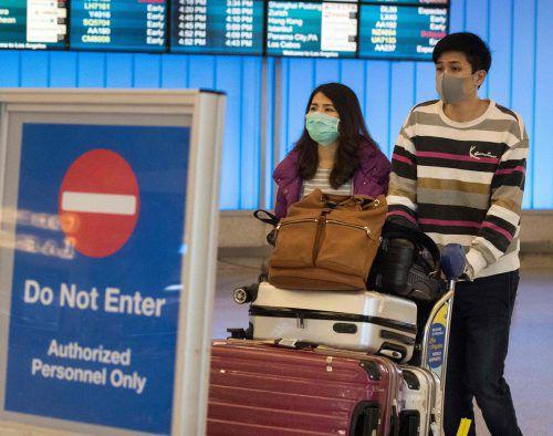 An vielen internationalen Flughäfen - wie hier in Los Angeles - tragen Menschen Atemschutzmasken aus Angst vor dem Coronavirus. afp