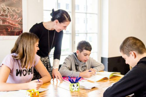 Andrea Braun mit Jugendlichen in der OJAD Denkbar.