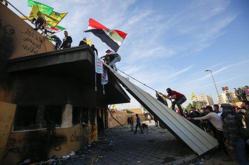 Anhänger und Mitglieder einer Schiitenmiliz drangen bis zur US-Botschaft in Bagdad vor. AFP
