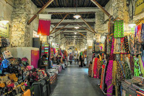 Auf dem riesigen, bunten Markt werden Waren aller Art angeboten.