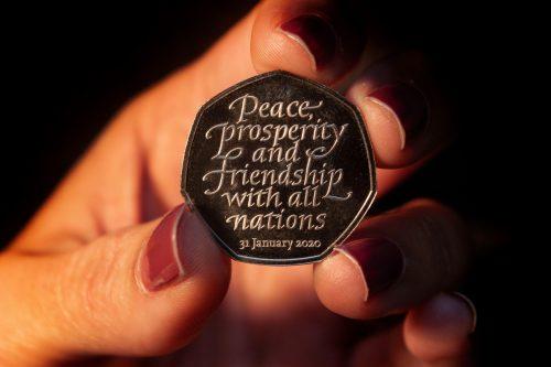"""Auf den Münzen steht """"Frieden, Wohlstand und Freundschaft mit allen Nationen""""."""