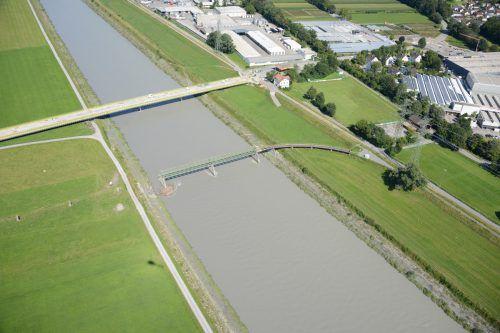 Die Dienstbahnbrücke (vorne im Bild) wird kommende Woche abgerissen.speckle