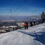 """<p class=""""infozeile"""">               Auf die piste, fertig, los! mit              </p><p class=""""infozeile"""">               den skiliften bazora-gurtis             </p><p class=""""infozeile"""">Der Blick über das Rheintal bis zum Bodensee macht einen Skitag auf dem Bazorahang an klaren Wintertagen zu einem ganz besonderen Erlebnis. Das familiäre Resort bietet bei entsprechender Schneelage in einer Höhenlage von 950 bis 1400 Metern optimale Bedingungen für Anfänger und Fortgeschrittene: Der Bazorahang für Anspruchsvolle und Gurtis für Familien. In einer Kartengemeinschaft können vier Schlepplifte benützt werden.</p>"""