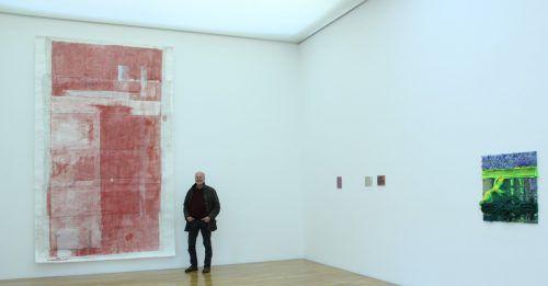 Ausstellungskurator Manfred Egender neben Arbeiten von Christoph Luger und Fabian Marcaccio in der Galerie allerArt. AG